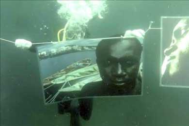 Fotos de inmigrantes en Canarias y África se muestran bajo el mar en Galicia
