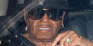 El padre de Michael Jackson niega haberle propinado palizas
