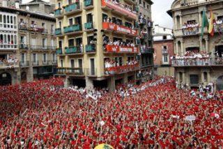 Una marea roja 'barre' la parafernalia nacionalista del chupinazo