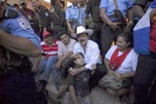 Sin solución a la vista, Zelaya espera en Nicaragua