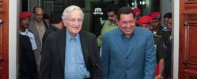 """El """"progre"""" Noam Chomsky visita a Hugo Chávez y alaba la gestión del Gorila Rojo"""