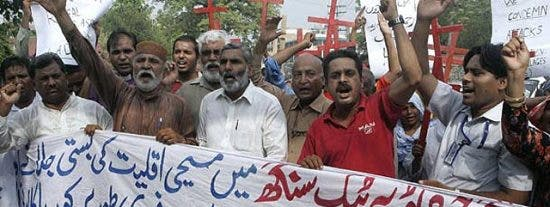 Una turba de musulmanes abrasa vivos a siete cristianos en Pakistán