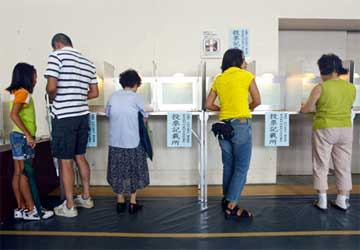 Los opositores ganan las elecciones en Japón según los primeros sondeos