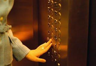 Una mujer sobrevive 8 días encerrada en el ascensor de su casa