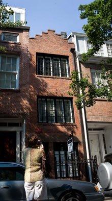 Venden la casa más estrecha de Nueva York por más de 2 millones de dólares