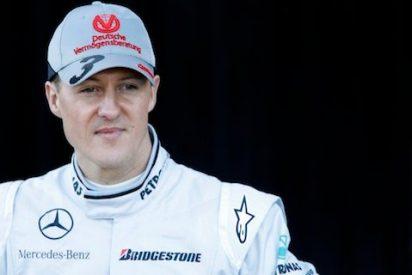 Schumacher pasa de darle un autógrafo a un niño con la gorra de Ferrari