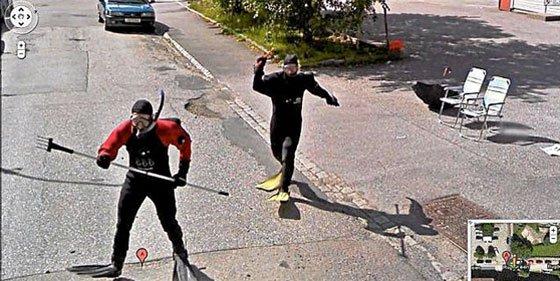 Pero, ¿a quién persiguen estos dos submarinistas con gafas, aletas y arpón en mano?