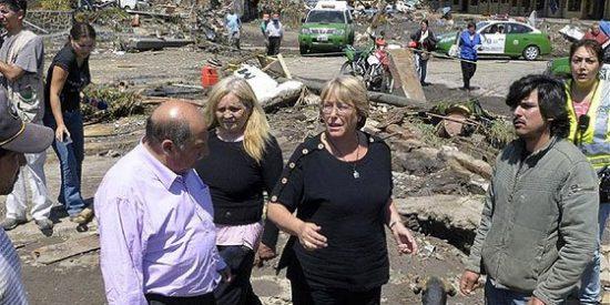 """""""¡Fuerza, Chile!"""", implora Bachelet a los chilenos para superar el peor terremoto desde el de Valdivia hace medio siglo"""