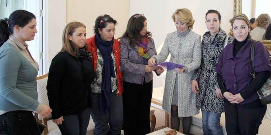 Esperanza Aguirre recibe un manifiesto de apoyo a Fátima Ghailan