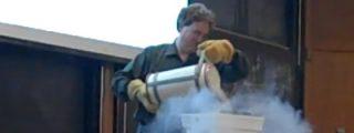 Profesor destruye un portátil con nitrógeno liquido en medio de la clase