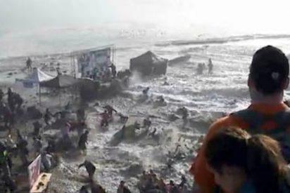 Dos olas gigantes engullen a decenas de espectadores en torneo de Surf