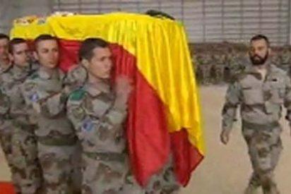 Las tropas en Afganistán despiden con emoción al soldado muerto