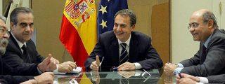 Zapatero se arruga ante los sindicatos y lanza humo