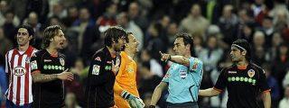 Atlético de Madrid vence al Valencia en un partido marcado por el 'esperpento' del árbitro Pérez Burrull