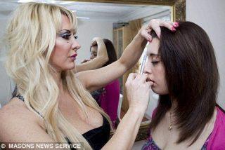 """La """"Barbie"""" humana le inyecta bótox a su hija de 16 años"""