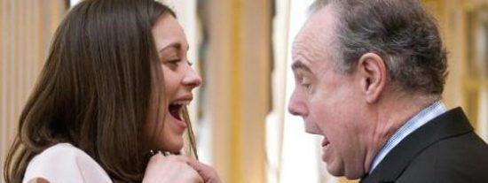 Marion Cotillard recibe pinchazo en el pecho del ministro de Cultura francés