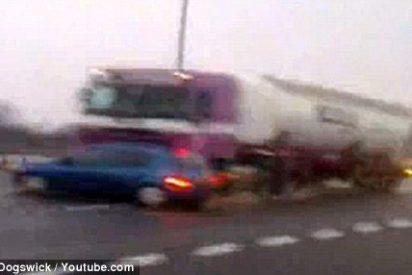 Impresionante vídeo de un camión que arrastra un coche durante varios kilómetros