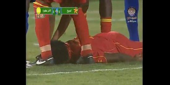 Un futbolista nigeriano cae fulminado en el césped en vivo y en directo