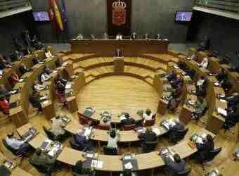 El Parlamento pide al Gobierno navarro que retire símbolos religiosos de las instituciones públicas
