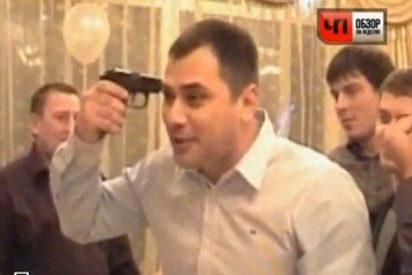 Un hombre se pega un tiro jugando a la ruleta rusa en mitad de una boda