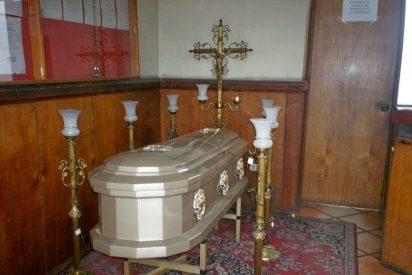 Se lleva el ataúd con el cuerpo de su madre de un velatorio