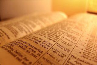 Un grupo de ateos cambia la Biblia por pornografía
