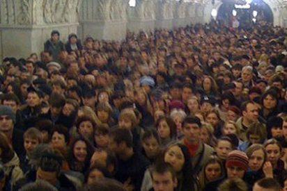 Dos ataques suicidas cometidos por mujeres matan a más de 40 personas en el metro de Moscú