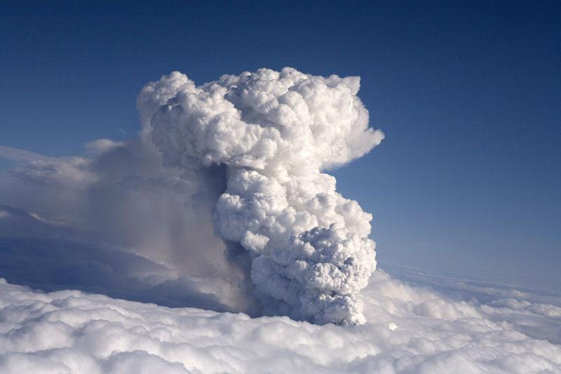 Evacúan a 800 personas en Islandia tras la erupción de un volcán