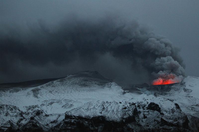 La nube de cenizas provoca el cierre de dos aeropuertos en Islandia