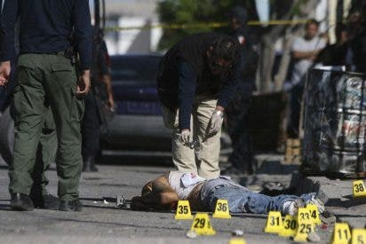 Al menos seis policías y un menor muertos