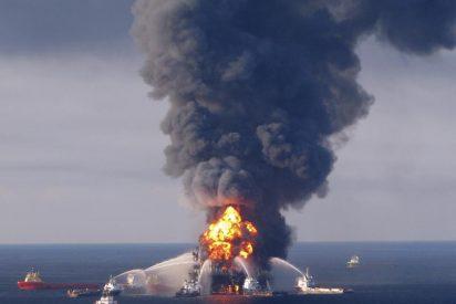 Guardacostas de EEUU prenden fuego a la mancha de crudo en el golfo de México