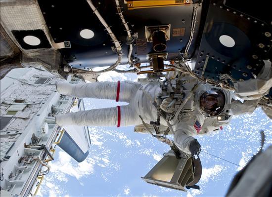La NASA considera una cuarta caminata espacial para la misión del Discovery
