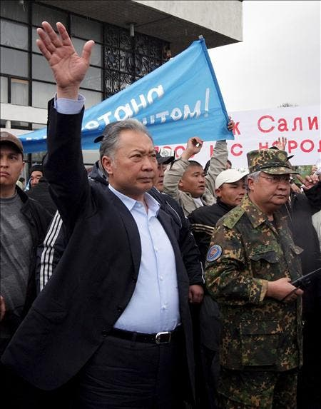 Adversarios del depuesto presidente kirguís Bakíev le obligan a huir de un mitin