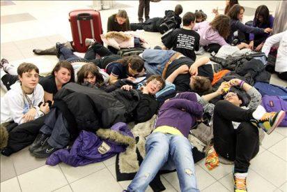 Miles de pasajeros esperan en Heathrow la reapertura del espacio aéreo