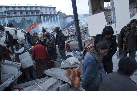 Los supervivientes de sismo en China esperan ayuda bajo temperaturas mínimas