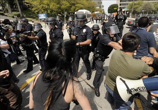 Activistas pro-inmigrantes se enfrentan a una protesta de supremacistas en EE.UU.