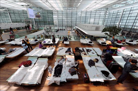 Caos aéreo en Europa, pese a la apertura de algunos aeropuertos y vuelos de prueba