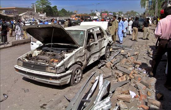 Al menos veintiún muertos y veintisiete heridos en un atentado en un mercado de Peshawar