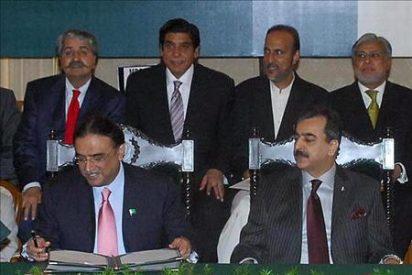 El presidente de Pakistán firma la enmienda que elimina vestigios militares de la Constitución