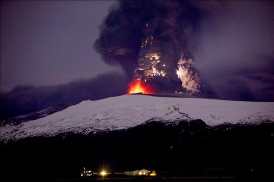 Londres dice que la erupción del volcán ha arreciado e informa de una nueva nube