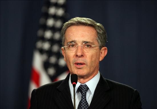 La guerrilla de las FARC rechaza el diálogo con Uribe en el extranjero y ofrece negociar en Colombia