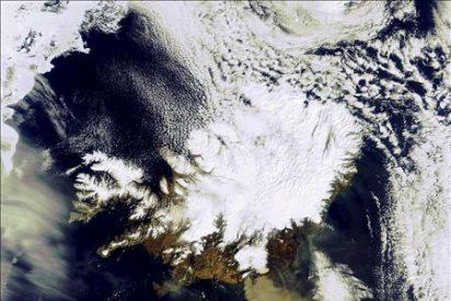 La erupción del volcán Eyjafjalla se mantiene estable tras una semana de actividad