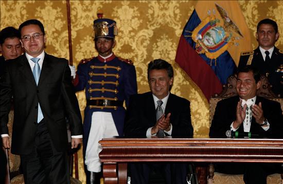 Correa juramenta a seis funcionarios, pero no concluye la renovación de su gabinete