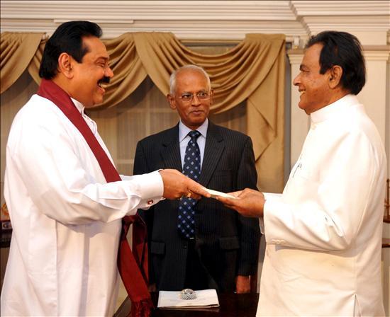 Jura el nuevo Parlamento tras elegir presidente al hermano de Rajapaksa