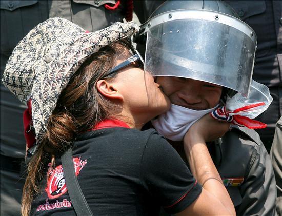 """El Ejército insta a los """"camisas rojas"""" a disolverse para no tener que cargar"""