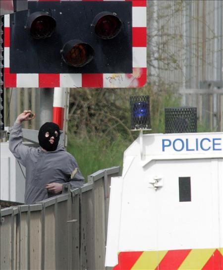 Tres heridos en la explosión de un coche bomba en Irlanda del Norte