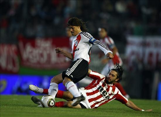 Estudiantes es líder del fútbol argentino, tras el empate entre Independiente y Huracán