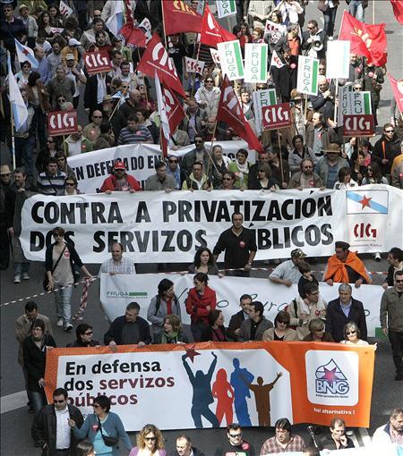 Miles de personas participan en la manifestación en favor de los servicios públicos