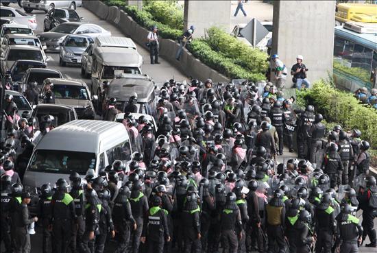 """Al menos 6 heridos por disparos de las tropas tailandesas para intimidar a los """"camisas rojas"""""""