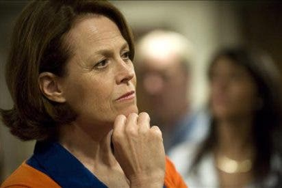 Sigourney Weaver encabeza una protesta en Nueva York contra una represa en la Amazonía
